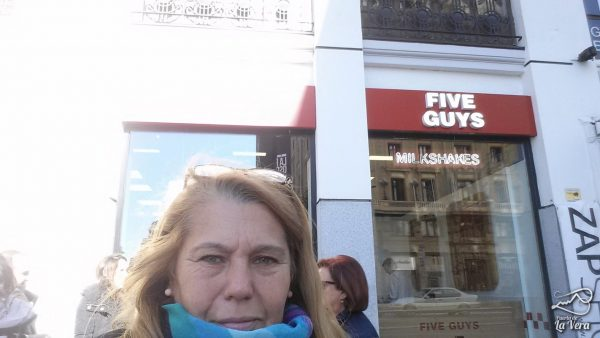 five-guys-comida-americana-gran-via-madrid-hamburguesas-preferida-de-obama-01