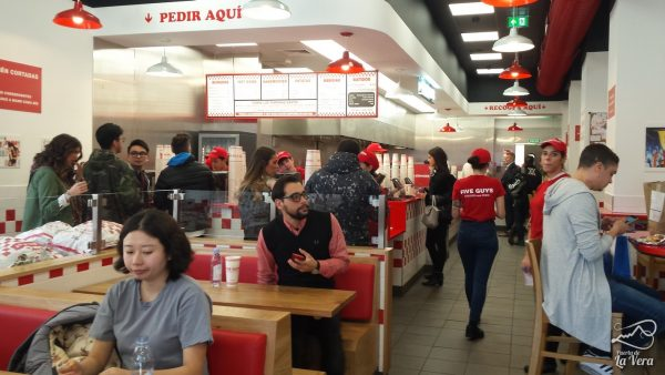 five-guys-comida-americana-gran-via-madrid-hamburguesas-preferida-de-obama-05
